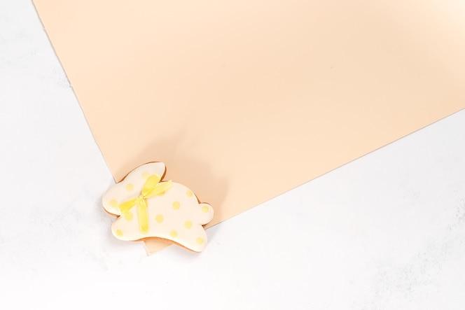 osterhasenplätzchen auf einem doppelten beigen tisch