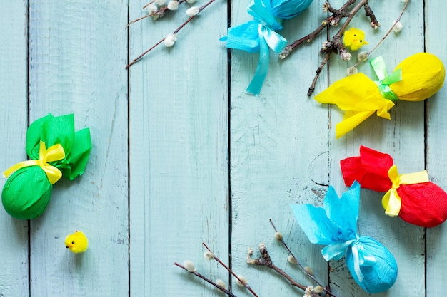 Osterhintergrund geschenk dekorative osterei handgemacht mit bändern auf einem holztisch gebunden