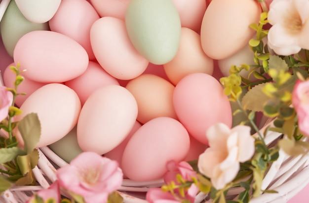 Osterhintergrund mit gemalten eiern im nest.