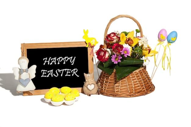 Osterkomposition auf dem weißen hintergrund der eier, kaninchen, blumen, schilder und geschenke