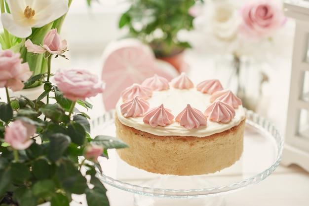 Osterkomposition mit süßem kuchen mit erdbeerglasur und rosen