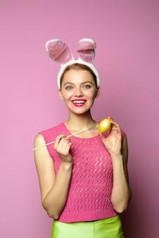 Osterkonzept ostereierideen eiersuche osterhase hasenohren frau mit hasenohren malerei