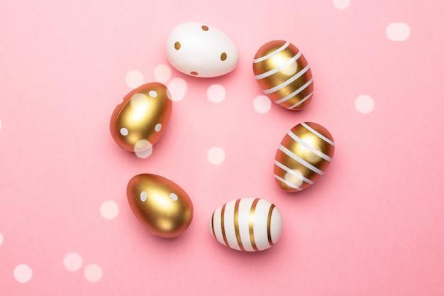 Osterkorb mit eiern lokalisiert auf rosa. grußkarte trendiges design. für sie poster oder flyer.