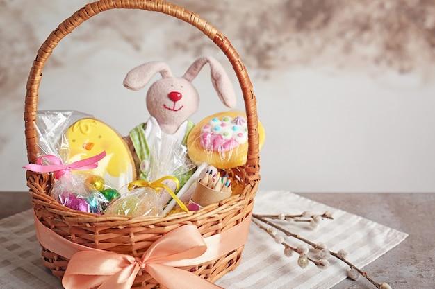 Osterkorb mit spielzeug und süßigkeiten