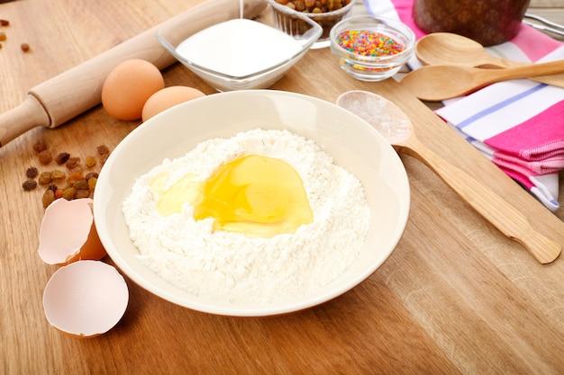 Osterkuchen, der in der küche vorbereitet