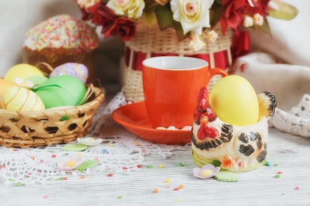 Osterkuchen kaffeetasse und bunte eier