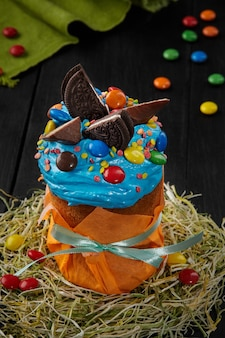 Osterkuchen mit blauem, geschlagenem eiweiß und süßigkeiten