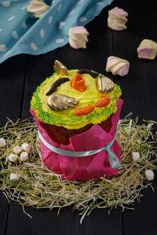 Osterkuchen mit gelbem geschlagenem eiweiß in hähnchenform