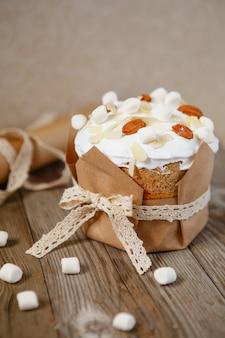 Osterkuchen mit mandelblättern und marshmallows verziert