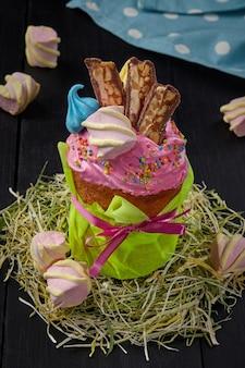 Osterkuchen mit rosa geschlagenem eiweiß und süßigkeiten