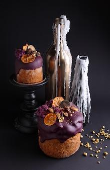 Osterkuchen mit rosinen und kandierten früchten in glasur wird mit nüssen, molekularem keks und baiser dekoriert