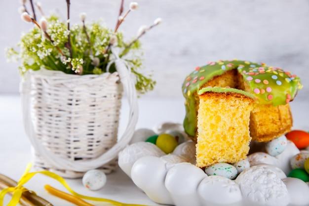 Osterkuchen und bunte eier für das traditionelle