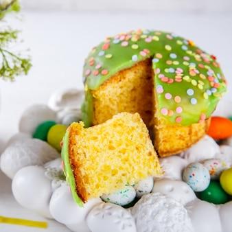 Osterkuchen und bunte eier für die traditionelle feiertagstabelle