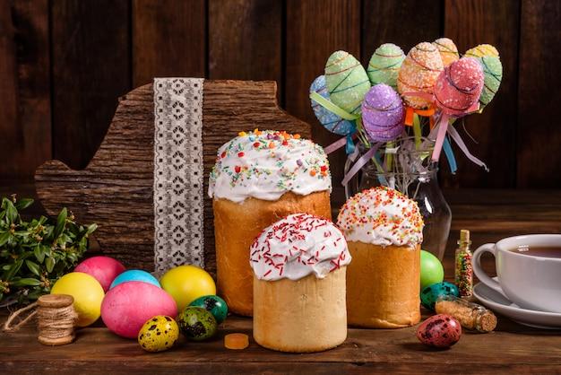 Osterkuchen und bunte eier