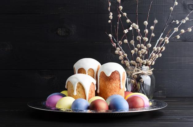 Osterkuchen und eier auf einem dunklen, rustikalen, hölzernen hintergrund