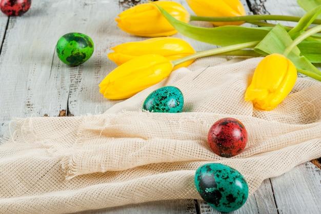 Osterkuchen und eier mit tulpen