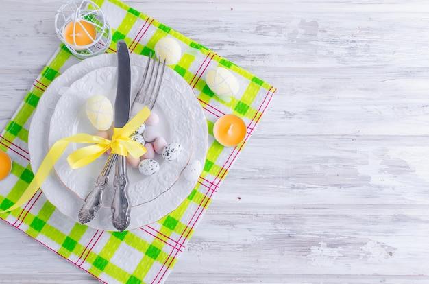 Osterkuchen und gedeck für ostern
