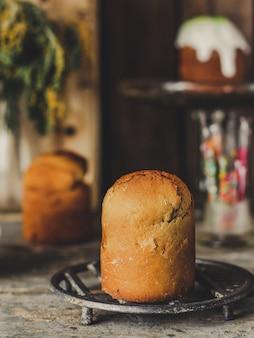 Osterkuchen und ostereier, traditioneller feiertag auf rustikalem tisch
