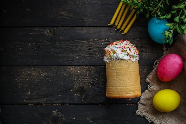 Osterkuchen und ostereier, traditioneller feiertagskuchen