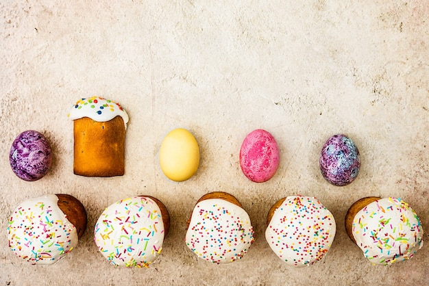 Osterkuchen und ostern farbige eier auf einem schönen strukturierten hintergrund.