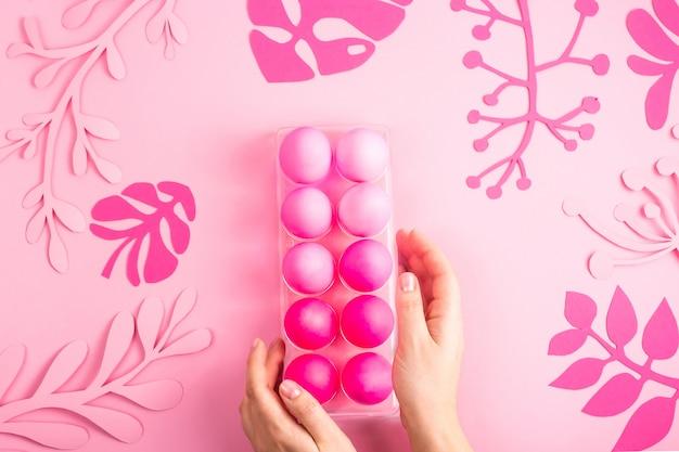 Ostern 2019 mit eiern in rosa farbe auf einem einfarbigen hintergrund gemalt