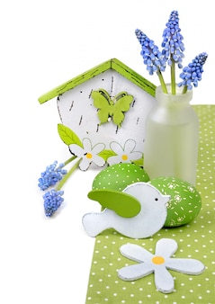 Ostern-anordnung mit hyazinthenblumen und -dekorationen
