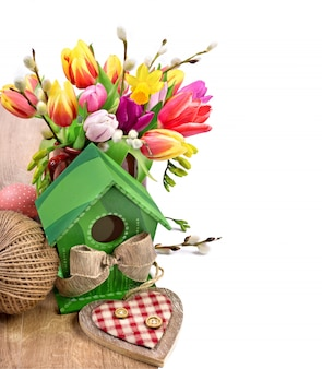Ostern-anordnung mit tulpenblumen und frühlingsdekorationen