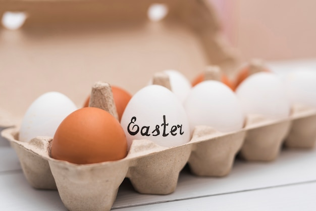 Ostern-aufschrift auf ei in der zahnstange auf tabelle