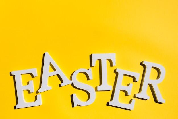 Ostern-aufschrift auf gelber tabelle