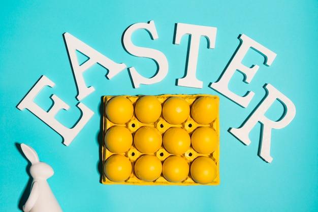 Ostern-aufschrift mit eiern in der zahnstange auf tabelle