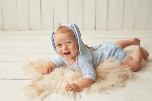 Ostern baby sitzt auf krippe. osterhase. glückliches baby