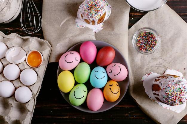 Ostern backen mit zuckerguss und farbigem pulver und eiern
