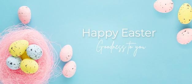 Ostern banner mit eiern auf einem blauen hintergrund