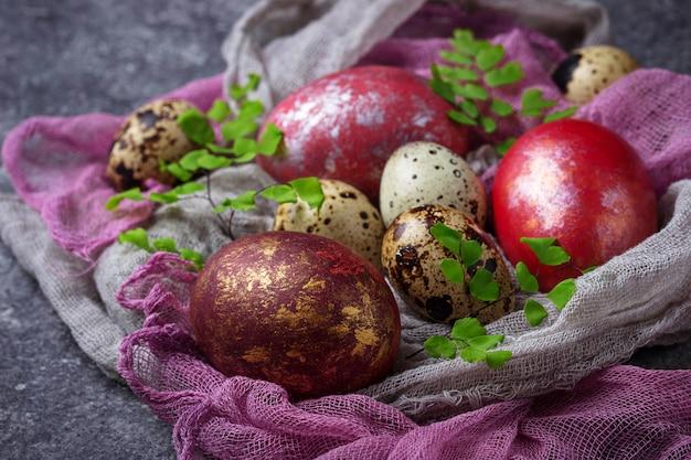 Ostern bemalte hühner- und wachteleier