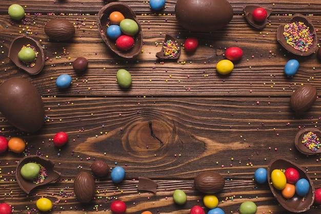 Ostern-bonbons auf hölzernem hintergrund