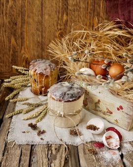 Ostern-butterbrot und ostereier in der holzkiste