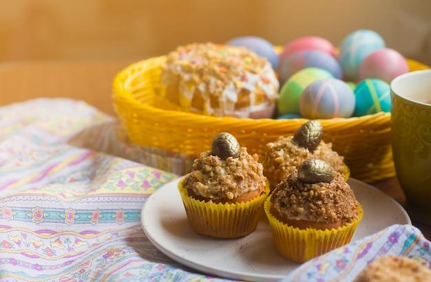 Ostern cupcakes mit goldenen dekor. goldene ostereier.