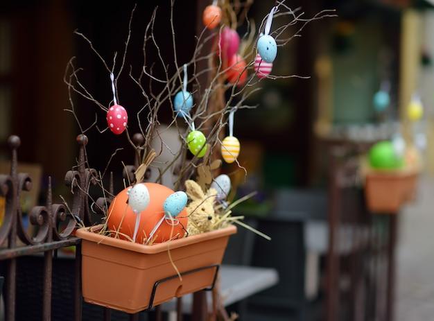 Ostern dekorationen auf der straße der kleinstadt in frankreich.