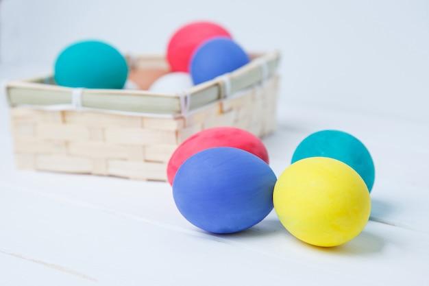 Ostern, feiertage, tradition und gegenstandkonzept - nah oben von farbigen ostereiern im korb