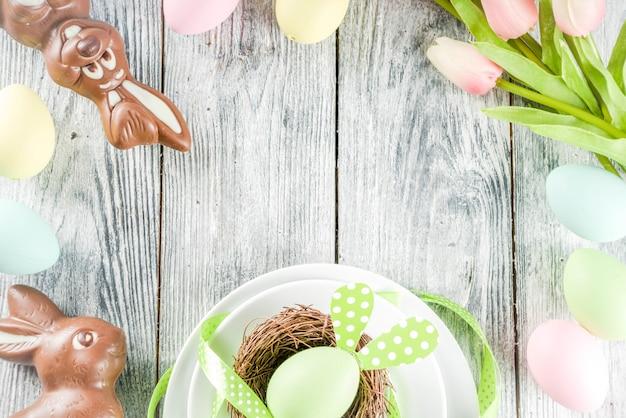 Ostern-feiertagsgedeck mit kaninchen und eiern