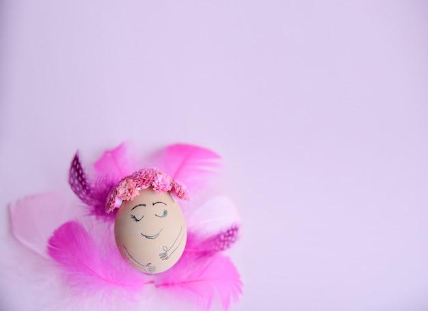 Ostern-feiertagskonzept mit nettem handgemachtem ei.