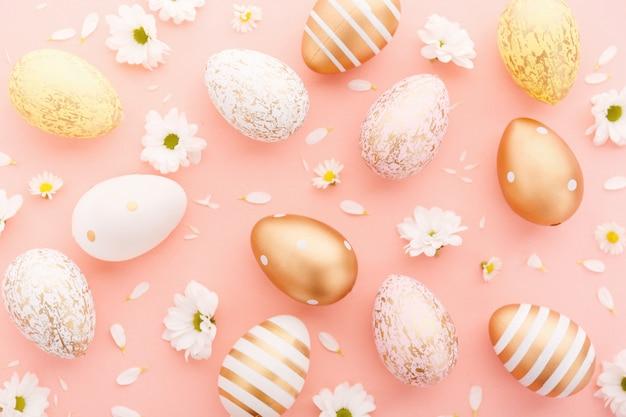 Ostern flache lage eier mit blumen auf rosa