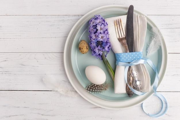 Ostern gedeck mit ostereiern. ansicht von oben. kopieren sie platz.