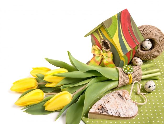 Ostern-grenze mit blumen, eiern und vogelhaus, textraum