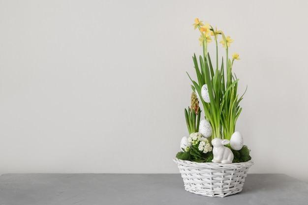 Ostern handgemachte blumenkomposition mit blütennarzisse