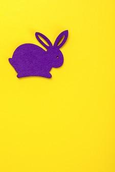 Ostern-hintergrund. kaninchen dekorativ gefärbt