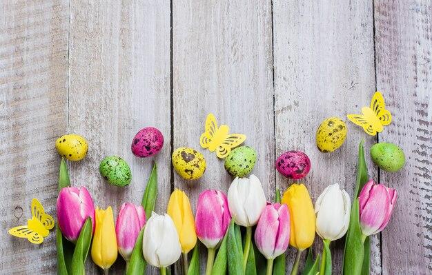 Ostern-hintergrund mit tulpen und eiern