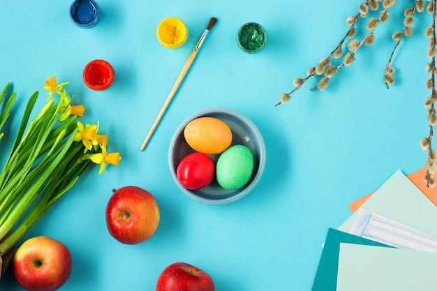 Ostern im büroarbeitsplatz auf blauem tisch.