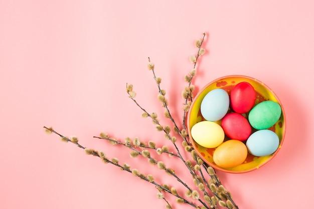 Ostern im büroarbeitsplatz auf rosa tisch