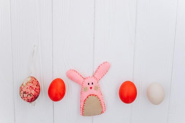 Ostern-konzept. grußkarte, eier und geschenke, kaninchen auf einem weißen hintergrund